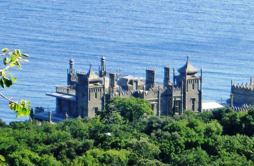 удивило всех, замок графа воронцова фото совместив